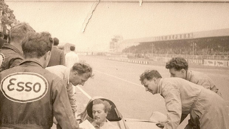 Colin Chapman al volante de un Lotus de carreras