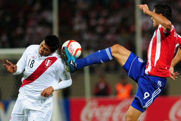 En el mismo juego por poco el paraguayo Roque Santa Cruz no le vuela la...