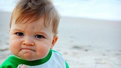 Esta foto en la que aparece con un puñado de arena y con una cara de sat...