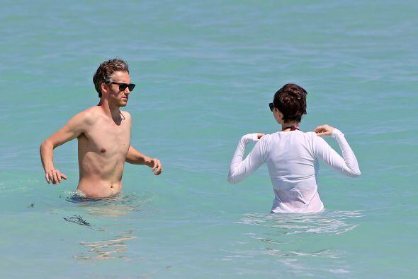 La pareja decidió darse un buen chapuzón en las claras aguas de la playa...