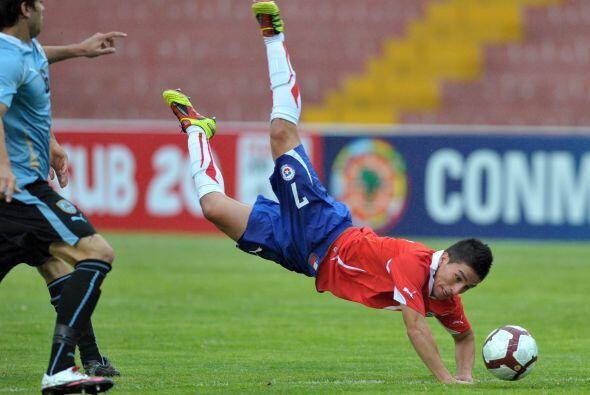 El juvenil chileno se tiró un 'clavado' en pleno partido.