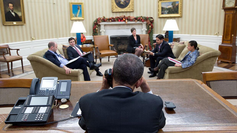 El presidente Obama habla con el presidente Raúl Castro por teléfono