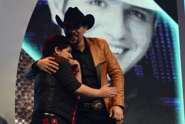 Stephanie recibió un abrazote de su compañero Enrique Tello.