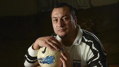 Peter Uribe, inmigrante chileno de 41 años, soñó con ser jugador de fútb...
