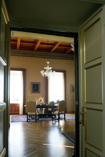 En este palacio de descanso el Papa cuenta con todas las comodidades par...