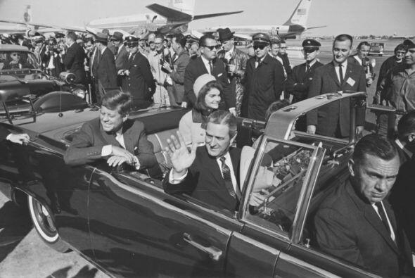 Jackie Kennedy, que había practicado su español durante el vuelo, ofreci...