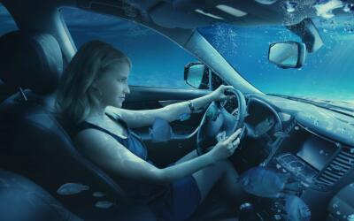 Auto hundido en el agua