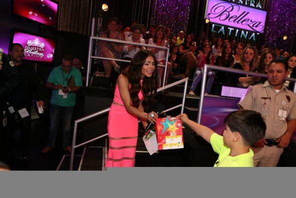 Un pequeño del público llegó con su regalito para A...