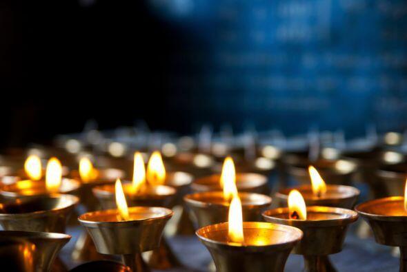 Derrite todas las velas viejas y chiquitas que tienes en una olla que ya...