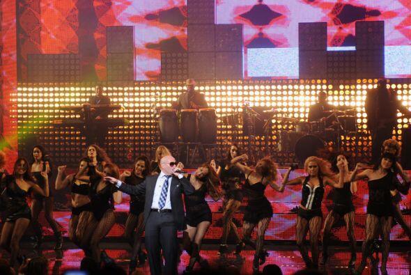 Pitbull hacía bailar a la mayoría de los asistentes, excep...
