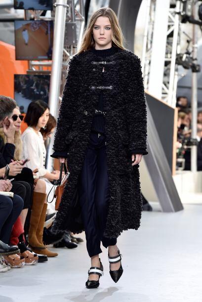 Los zapatos en blanco y negro levantan este atuendo de Louis Vuitton.