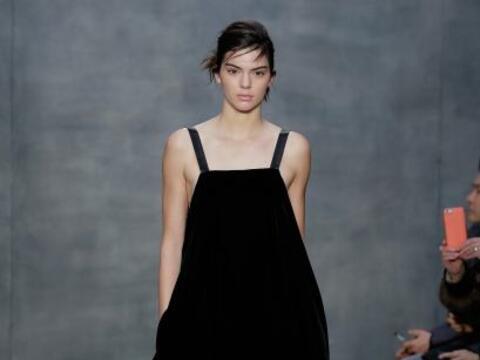 Los 'mini dresses' como este de Vera Wang, también son algo que v...