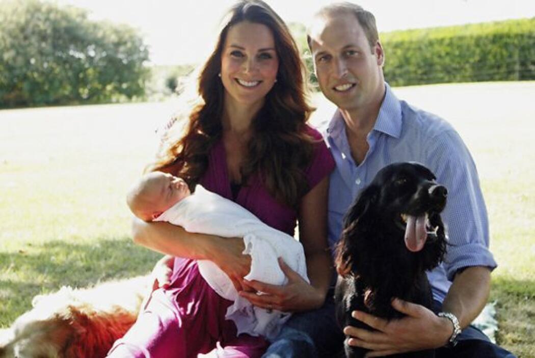 En una segunda fotografía con los duques sentados en un jardín y acompañ...