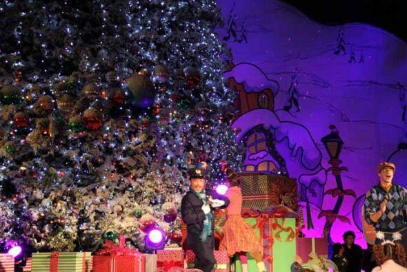 Ofrecen un espectáculo sin igual.  La temporada de navidad en Universal...