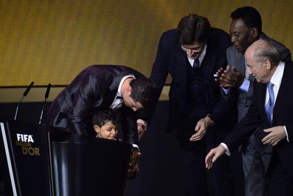 El jugador del Real Madrid le puso el premio en sus manos al peque&ntild...