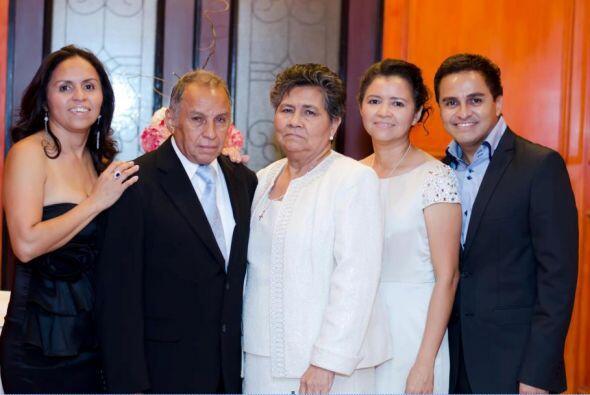 Juan José Rodas nos compartió está linda foto de sus padres y sus herman...