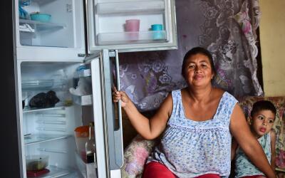 Liliana Rojas muestra su nevera vacía en el barrio caraque&ntilde...