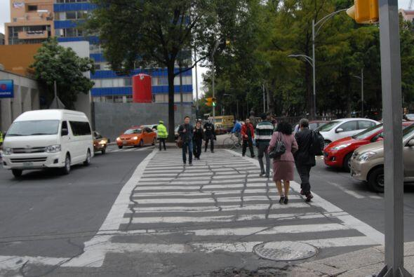 A veces no es sencillo cruzar por las líneas peatonales designadas para...