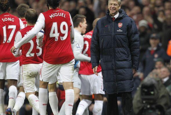 Thierry corrió a abrazarse con Wenger, quien también dejab...