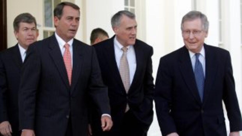 De izquierda a derecha los legisladores republicanos Roy Blunt (Missouri...