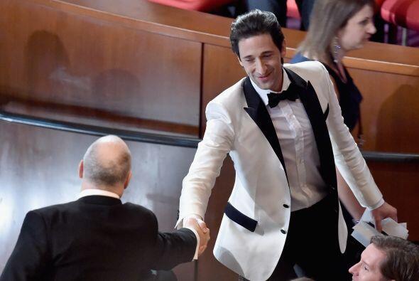 Adrien Brody saludando a sus cuates.
