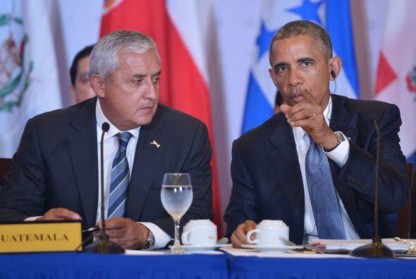 Otto Pérez Molina --presidente de Guatemala--, junto a Barack Obama mien...