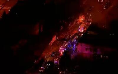 Bomberos combaten el incendio de una vivienda en Newark