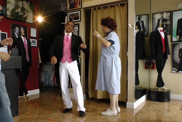 Meche le recomendó un traje en color blanco con toques rosas...
