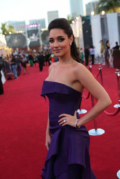 Amelia Vega se presentó de una forma muy elegante en la alfombra roja, p...