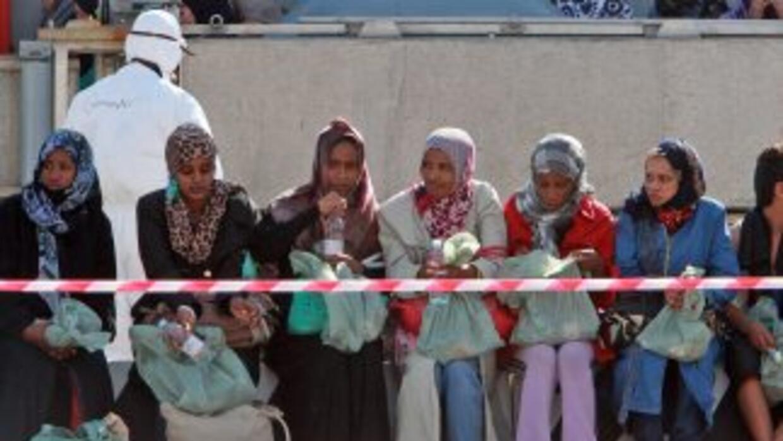 Inmigrantes se preparan para desembarcar en Mesina (Italia) el pasado 29...