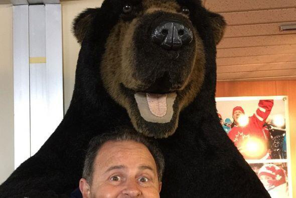 ¡Qué divertido se ve Rauli!, posando así junto a un osototote en las mon...