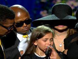 Las lágrimas de Paris Jackson en el funeral de su papá die...