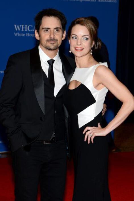 La estrella de country Brad Paisley y su esposa, la actriz Kimberly Will...