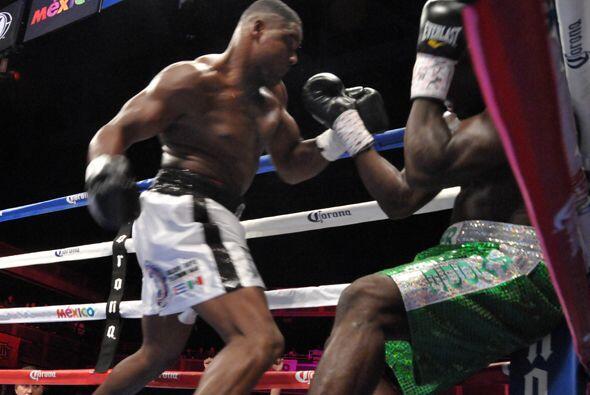 LA pelea siguió hasta que Luis Ortiz puso a Lateef Kayode en una esquina...