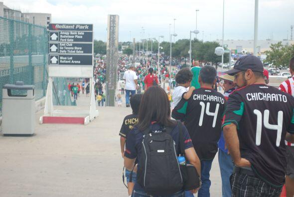 La playera más vista en el Reliant Stadium era la del 'Chicharito'.