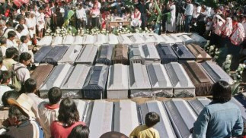Imagen de los funerales de las víctimas de la masacre de Acteal en Méxic...