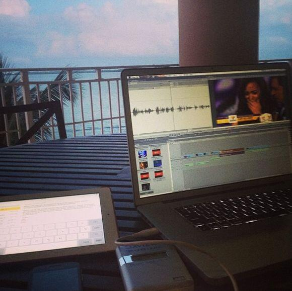 """Mi oficina hoy domingo. Editando mis reportajes de @teletonusa para @de..."