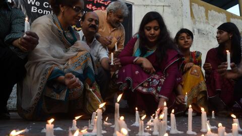 Una ofrenda por los atentados en Pakistán.