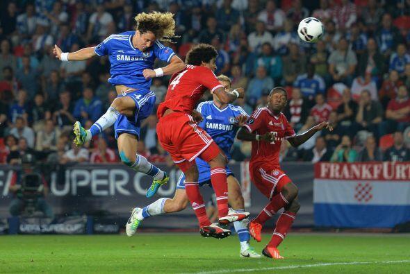 Este cabezazo de David Luiz exigió al portero alemán.