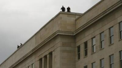El edificio del Pentágono, en las afueras de Washington, DC, quedó rodea...