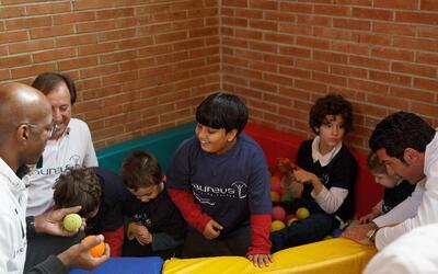 Foto de archivo. Niños juegan en la escuela Princesa Sofía...