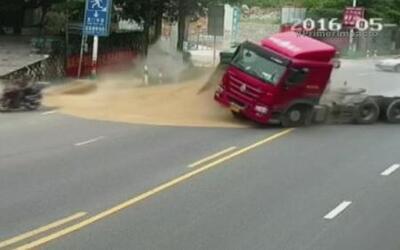 Motociclista estuvo a punto de morir sepultado bajo toneladas de arena e...
