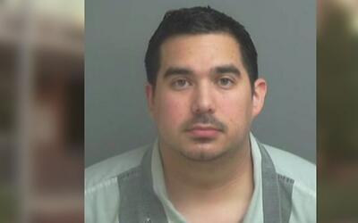 Agentes encubiertos capturan a adultos acusados de buscar contacto sexua...
