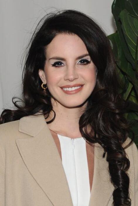 Las cejas de Lana del Rey nacieron para no morir. Ojalá y le sean eternas.