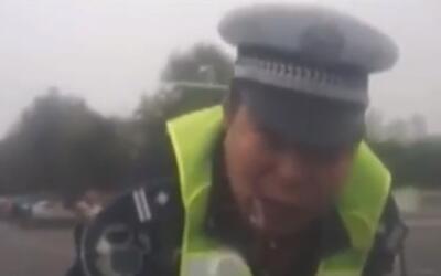 Conductor en China no detiene su automóvil y se lleva colgado del capó a...