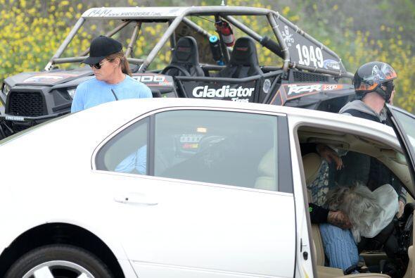 En el choque la conductora de un auto murió y al menos ocho perso...