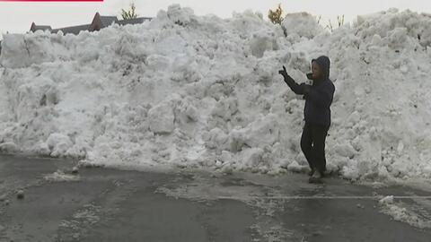 Una pared de nieve da testimonio del buen trabajo de limpieza que se est...