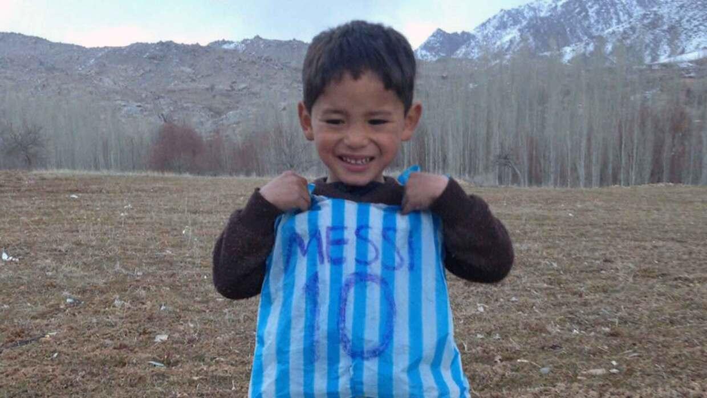 Murtaza Ahmadi, el niño afgano que se hizo famoso por su camiseta de Mes...