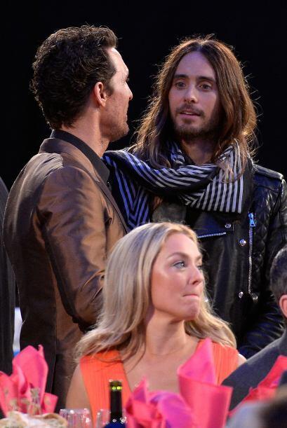 McConaughey y Jared Leto bromeando entre descansos de la ceremonia.  Mir...