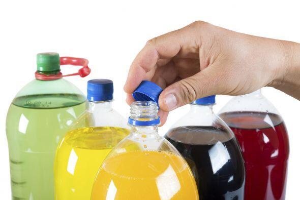 Nunca coloques productos de limpieza en algún envase de comida, como una...